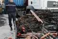 """(ARCHIVES) - Photo prise le 13 novembre 2007 à Marseille d'un gendarme en faction dans la zone d'une casse où est entreposé du cuivre, lors d'une perquisition -Rhône liée à des vols de câbles de cuivre. Avec l'envolée des cours du cuivre, les vols de câbles le long des voies ferrées françaises se sont multipliés ces derniers mois, au point de provoquer un """"coup de gueule"""" du président de la SNCF Guillaume Pepy qui peine, comme les pouvoirs publics, à endiguer le problème. AFP PHOTO ANNE-CHRISTINE POUJOULAT"""